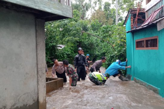 Korban longsor dan banjir di Lahat-Sumsel dievakuasi TNI
