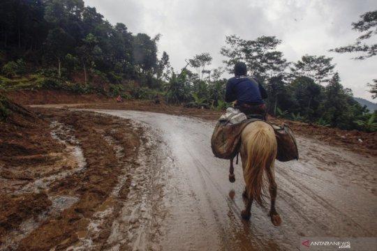 Relawan gunakan kuda antar logistik korban banjir Sukajaya