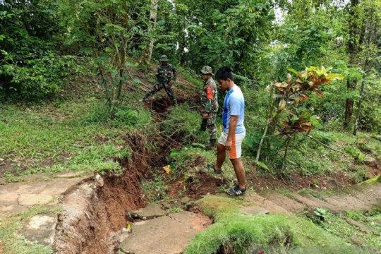Tanah retak terjadi pascabanjir di Kampung Lebo Sangihe