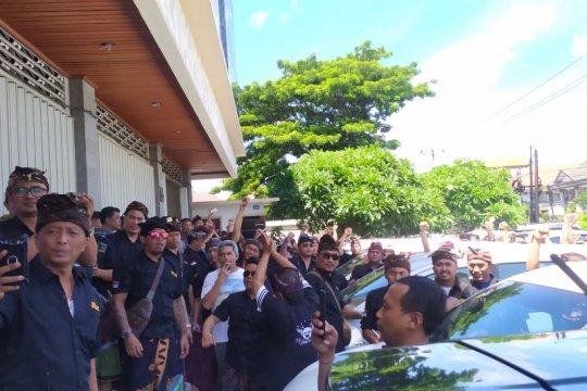 Aksi protes sopir Grab Bandara dijaga puluhan polisi di Denpasar