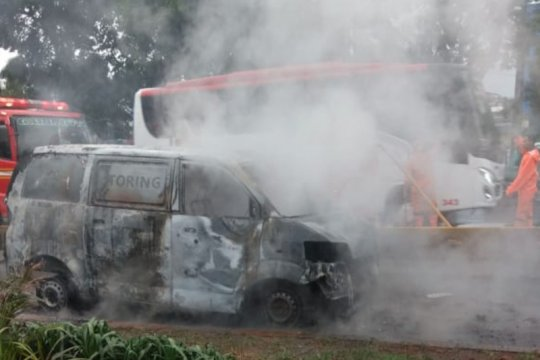 Minibus terbakar di jalur Transjakarta depan UKI Cawang