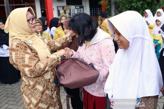 Siswa korban banjir Tangerang terima bantuan seragam sekolah