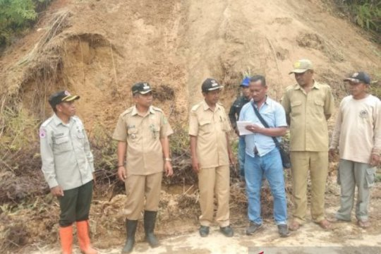 Puluhan warga Desa Suka Kiong mengungsi akibat tanah lonsor