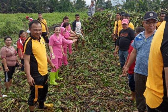 Eceng gondok di Danau Tondano dibersihkan polisi dan Bhayangkari