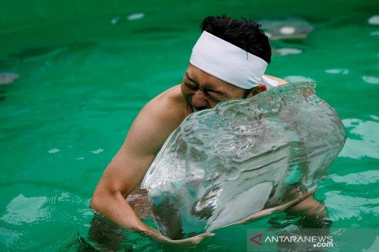 Dalam ritual mandi es tahunan, warga Jepang berdoa pandemi berakhir