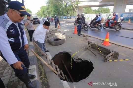 Jalan Daan Mogot penghubung Tangerang ke Jakarta amblas