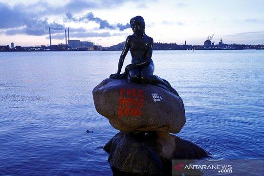 Patung Little Mermaid Denmark dicoret tulisan 'Bebaskan Hong Kong'