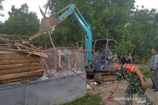 Timgab Babel bongkar puluhan bangunan liar di hutan lindung Bangka