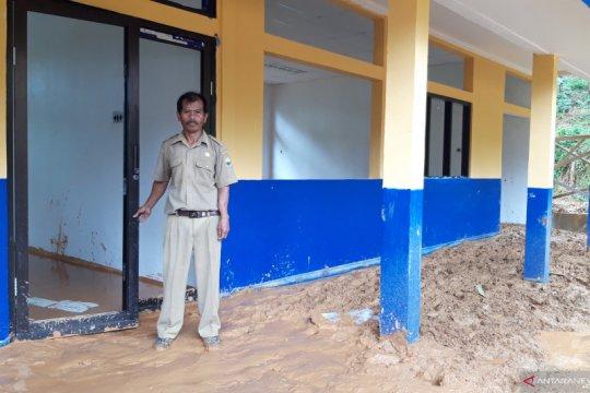 Suwandi guru inspiratif dari desa terisolir