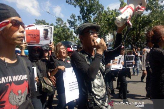 Dua kubu pengunjuk rasa sempat adu mulut saat aksi  longmarch
