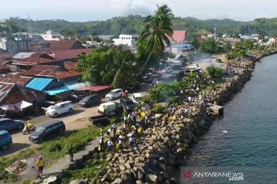 Bersih-bersih di Pantai Amurang digelar Lantamal VIII