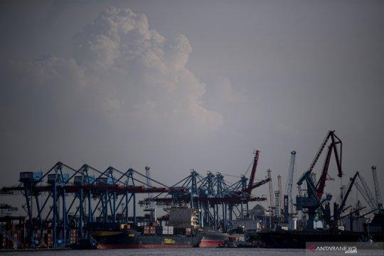 Arus peti kemas Pelabuhan Priok turun sepanjang Semester I-2020
