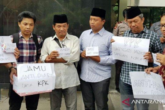 Perwakilan masyarakat kirim jamu antidiare kepada pimpinan KPK