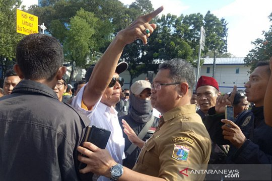 Kemarin, demo banjir hingga polisi kejar pemilik @digeeembok