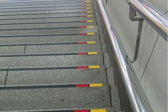 Kenapa banyak garis merah dan kuning di fasilitas publik Jepang?