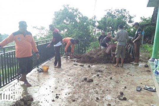Tebing longsor terjang dapur dua rumah di Kabupaten Kediri