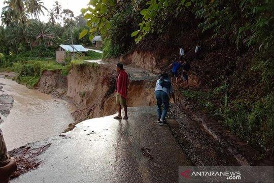 Banjir dan longsor merusak jalan dan bendungan di Padang Pariaman
