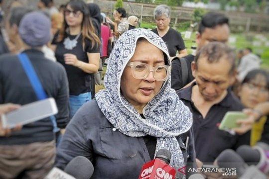 Alasan Ade Irawan dimakamkan satu liang lahat dengan suami