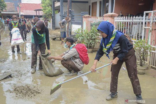 Aksi bersih lumpur pascabanjir di Bekasi