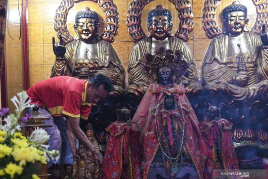 Bersihkan patung dewa jelang Imlek di Palembang