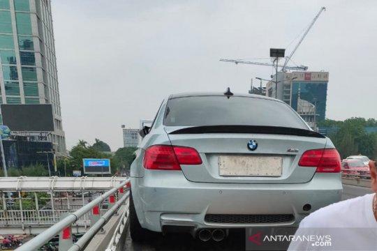 Akibat ban selip, BMW tabrak pembatas jalan di Tol Slipi