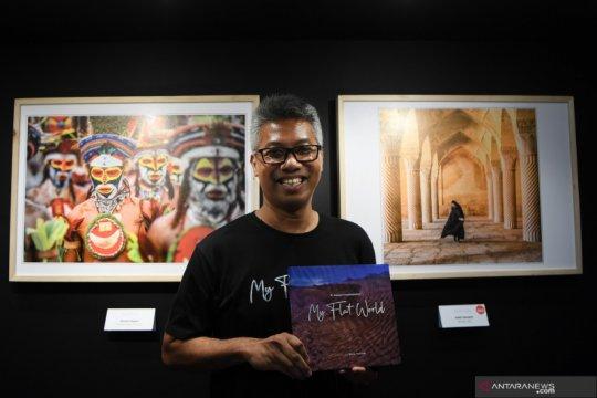 "Peluncuran buku foto ""My Flat World"" karya Agung Krisprimandoyo"