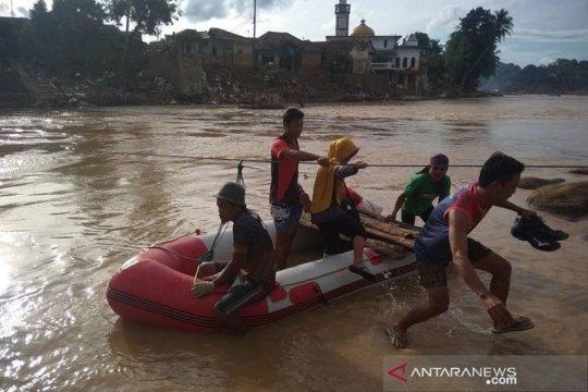 Warga Lebak gunakan perahu karet pascabencana banjir