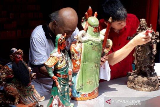 Warga Tionghoa Kota Bogor mandikan rupang di Vihara Dhanagun