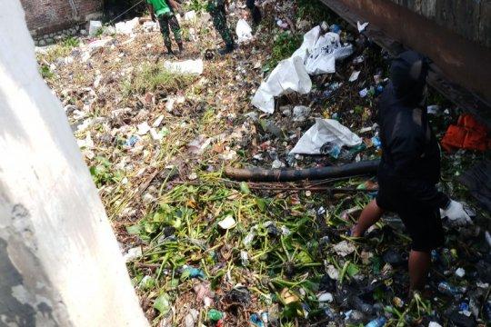 Semua elemen masyarakat Jatim diajak perangi buang sampah di sungai