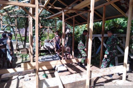 Koramil Manganitu bantu bangun rumah korban banjir bandang  di Lebo