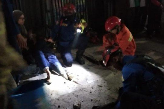 Petugas damkar tolong pejalan kaki terjeblos beton penutup saluran