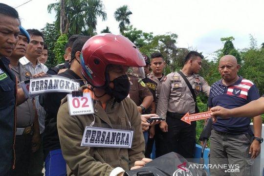 Ibu eksekutor Jamaluddin menangis saat rekonstruksi tahap tiga