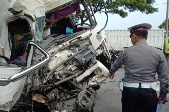 Tujuh korban luka akibat kecelakaan antara truk tangki dan bus