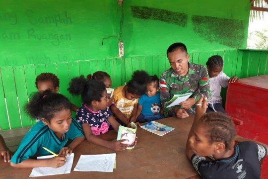 Prajurit TNI di perbatasan RI-PNG beri pelajaran tambahan