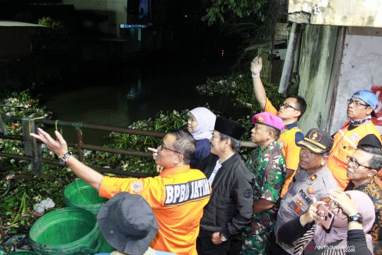 Gubernur Jatim tinjau bersih bersih sungai