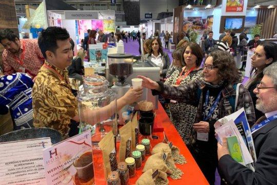 Aroma kopi membuat pengunjung rela antre di paviliun Indonesia