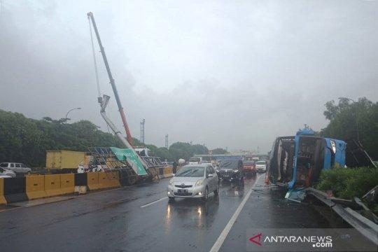 Bus Damri Bekasi - Soeta kecelakaan di Tol Sedyatmo arah bandara