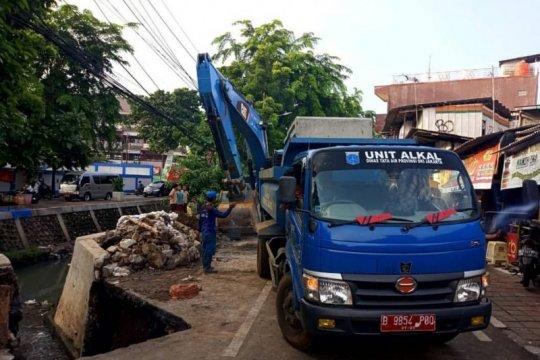 Jalan di Utan Kayu ambles akibat truk kedelai parkir lama