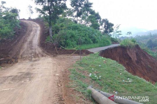 Dua bukit dibelah untuk jalan utama menuju desa terisolasi di Sukajaya