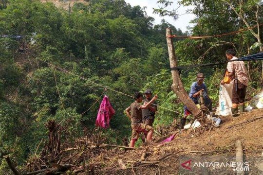 "Penyaluran logistik ke kampung terisolasi Bogor gunakan ""flying fox"""