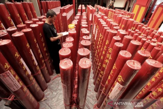 Vihara Dharma Ramsi Bandung nyalakan ratusan lilin jelang Imlek