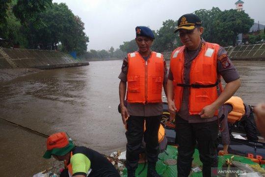 Antisipasi banjir, Brimob Polda Metro singkirkan sampah dari Ciliwung