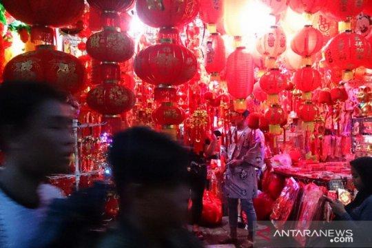Warga Tionghoa ramaikan Imlek dengan berkumpul dan makan bersama