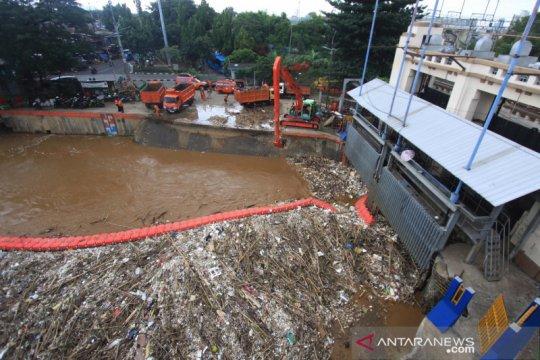 Pintu Air Manggarai berstatus waspada Senin dini hari, kata BPBD
