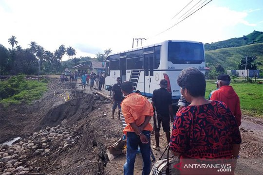 Lintas Sulawesi Buol - Gorontalo putus akibatkan antrean panjang