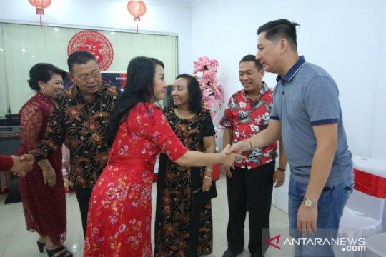 Bupati Landak penuhi undangan warganya yang merayakan Imlek
