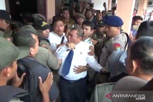 Eksekusi pencopotan Rusdi Sinuraya berlangsung ricuh