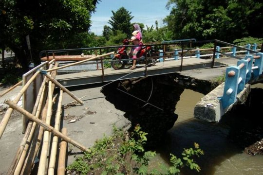 Melintasi jembatan rusak Page 1 Small