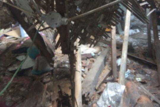 Satu keluarga warga Bogor terluka akibat atap rumah runtuh