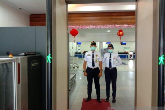 Petugas Bandara Hanandjoeddin gunakan masker cegah tertular corona